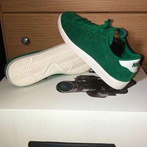 Green Nike sneakers (size 9)